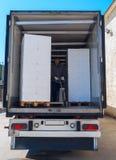 Arbetaren laddar halv-lastbilen arkivfoton