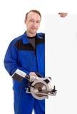 Arbetaren med cirkelsågen i hans räkning för tecken för handinnehavmellanrum Arkivbild