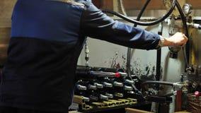 Arbetaren monterar den pneumatiska pistongen, produktion av hydrauliska cylindrar arkivfilmer