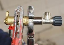 Arbetaren monterar ett mångfaldig vattensystem/värme med fokusen på händer eller hjälpmedlet Royaltyfria Foton