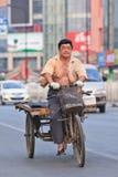 Arbetaren på en rostig tre rullad frakt cyklar, Peking, Kina Arkivfoton
