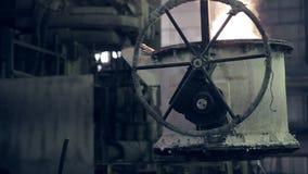 Arbetaren på stålväxten fungerar med smält metall stock video