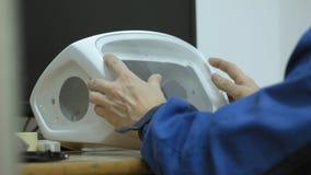 Arbetaren samlar huvudet av en vit modern robot Torka exponeringsglaset lager videofilmer