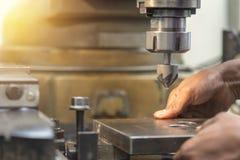 Arbetaren satte metallplattan till malningmaskinen Fotografering för Bildbyråer