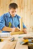 Arbetaren skissar Arkivfoto
