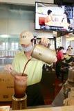 Arbetaren som gör Hong Kong berömda strumpor, mjölkar te Arkivbild