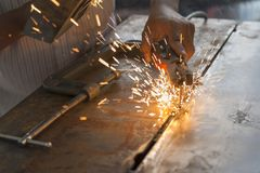 Arbetaren som svetsar metallplattan Arkivfoton