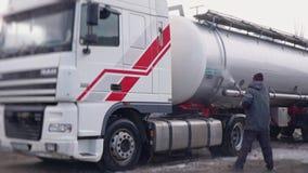Arbetaren tvättar försiktigt en lastbil med en chester arkivfilmer
