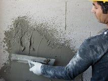 Arbetaren utför inre murbruk Royaltyfri Fotografi