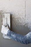 Arbetaren utför inre murbruk Arkivfoto