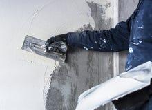 Arbetaren utför inre murbruk Fotografering för Bildbyråer