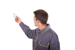 Arbetaren vänder på en elektronisk enhet Fotografering för Bildbyråer