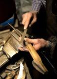 Arbetaren vässar en kniv Royaltyfri Fotografi