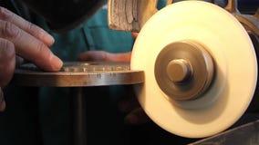 Arbetaren vässar ett cirkelsågblad arkivfilmer