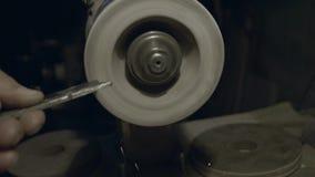 Arbetaren vässar hjälpmedlet Arbete på en vässa maskin lager videofilmer