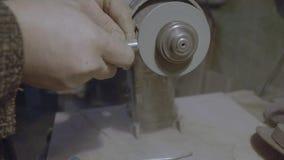 Arbetaren vässar hjälpmedlet Arbete på en vässa maskin stock video