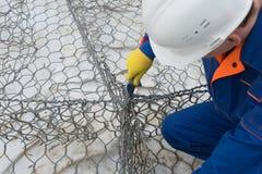 Arbetarens händer sticker mjuk trådkonstruktion, närbild royaltyfria foton