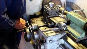 Arbetares händer och drejbänk arkivfilmer