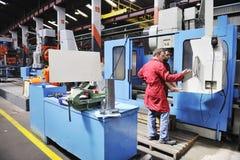Arbetarfolk i fabrik fotografering för bildbyråer