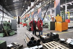 Arbetarfolk i fabrik royaltyfria foton
