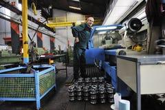 Arbetarfolk i fabrik royaltyfria bilder