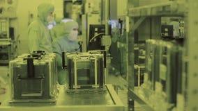 Arbetarforskare för två tekniker i sterilt rent område för maskeringsoveraller Tekniskt avancerad dator som tillverkar nano tekno stock video