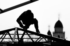 Arbetarhög-byggmästare bygger ett tak royaltyfri fotografi