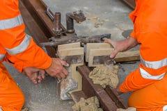 Arbetarinstallation gjuter, och genom att använda gjuta material 2 royaltyfri fotografi
