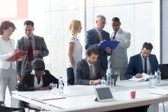 Arbetarlag på mötet i företaget som analyserar ledning arkivbilder