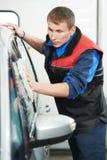 Arbetarlokalvårdbilen med bevattnar och snyltar Royaltyfria Foton