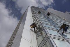 Arbetarlokalvårdfönster på höjd Royaltyfri Fotografi