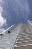 Arbetarlokalvårdfönster på höjd Royaltyfri Bild