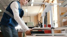 Arbetarmannen i tryckpressen skrivar ut en tidskrift lager videofilmer