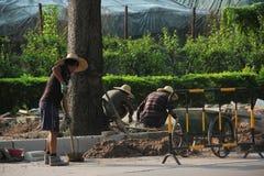 Arbetarna lägger vägar i shenzhen Fotografering för Bildbyråer