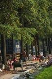 Arbetarna lägger vägar i shenzhen Royaltyfria Foton