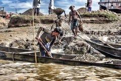 Arbetarna samlar stenar från fartyget Royaltyfri Fotografi