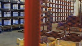 Arbetarpäfyllning på gaffeltruckrör som lagras i lager Klara rör på hyllor stock video