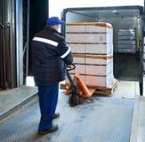 Arbetarpäfyllning på lastbilen Royaltyfri Fotografi