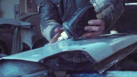 Arbetarpanelstryk i garage för auto reparation stock video