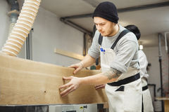 Arbetarprocessbräde på snickerimaskinen Fotografering för Bildbyråer