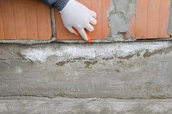 Arbetarpunkter på det waterproofing membranet, skyddande lager mot fuktighet arkivbilder