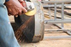 Arbetarsawingmetall med en molar, arbetare som svetsar stålet, version 30 Royaltyfri Foto