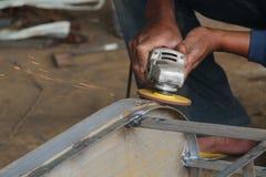 Arbetarsawingmetall med en molar, arbetare som svetsar stålet, version 41 Royaltyfria Bilder