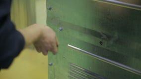 Arbetarskruvningsbultar som drar åt skruvarna genom att använda skruvmejseln stock video