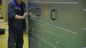 Arbetarskruvningsbultar som drar åt skruvarna genom att använda skruvmejseln lager videofilmer