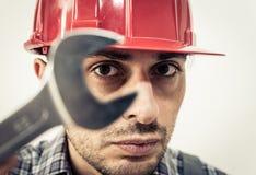 Arbetarstående med skiftnyckeln arkivfoto