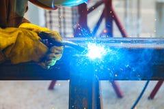 Arbetarsvetsning i en fabrik Svetsning på en industrianläggning Arkivbilder