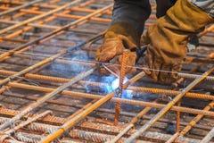 Arbetarsvetsning i en fabrik Svetsning på en industrianläggning Royaltyfria Foton