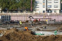 Arbetarwotk på konstruktionsplatsen, genom att bygga grundplattan Royaltyfria Bilder