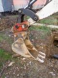 Arbete av en mekanisk grävskopa Fotografering för Bildbyråer